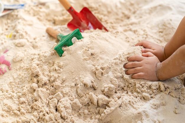 Plastikkinderspielzeug im sandkasten im freien.