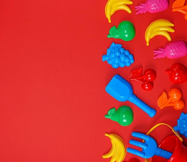 Plastikkinderspielzeug in form von früchten