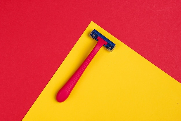 Plastikrasierer auf rot-gelb
