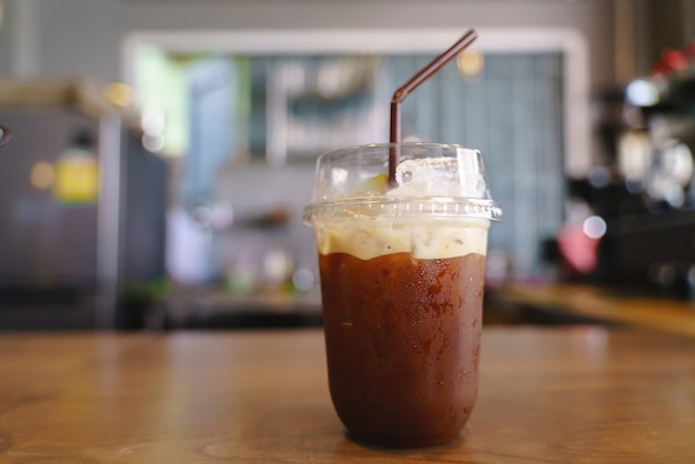Plastikschale gefrorener kalter gebräukaffee
