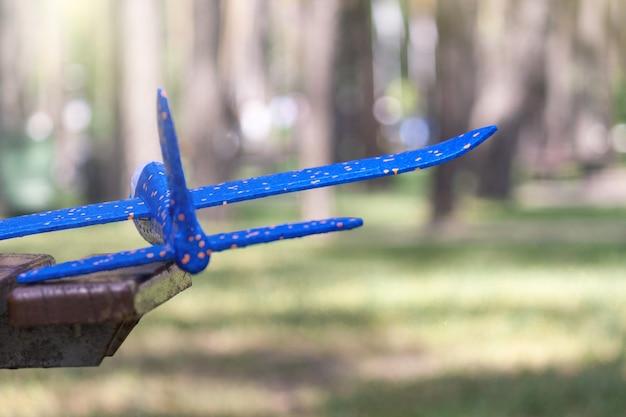 Plastikschaumflugzeug, kinderaktivitäten im freien, glückliche kindheit.