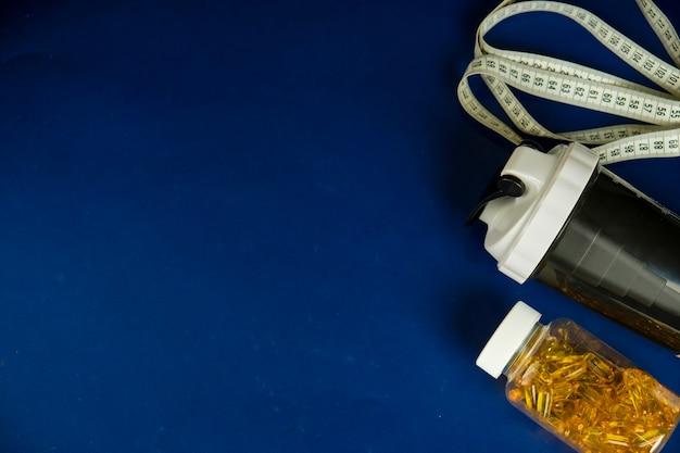 Plastikshaker und omega-3-glas