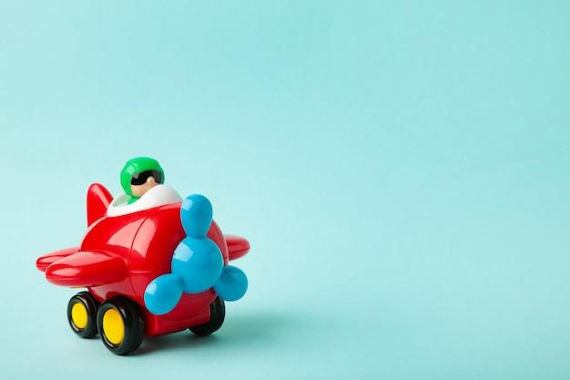Plastikspielzeugflugzeug auf blauem hintergrund. flugzeug