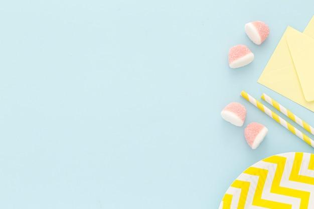 Plastikteller mit süßigkeiten auf dem tisch