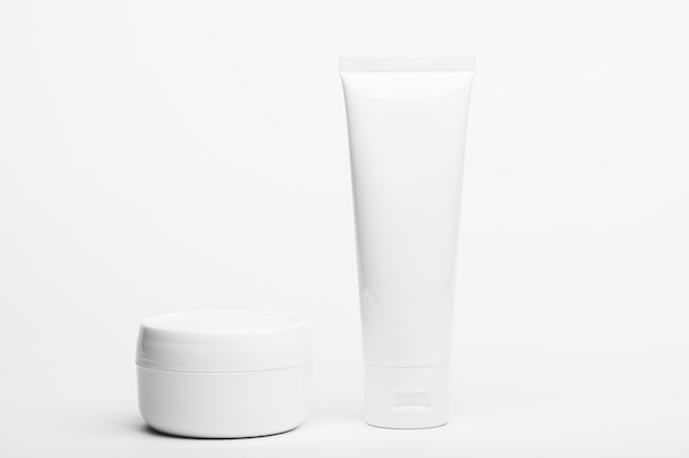 Plastiktube und glas ohne markenzeichen. flakon für creme, körperlotion, toilettenartikel.