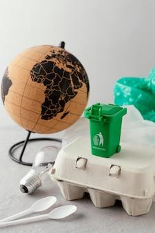 Plastiktüte neben globus