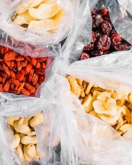 Plastiktüten mit getrockneten früchten