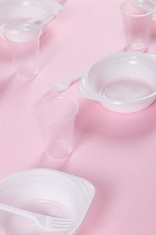 Plastikutensilien auf einem rosa nicht umwelt