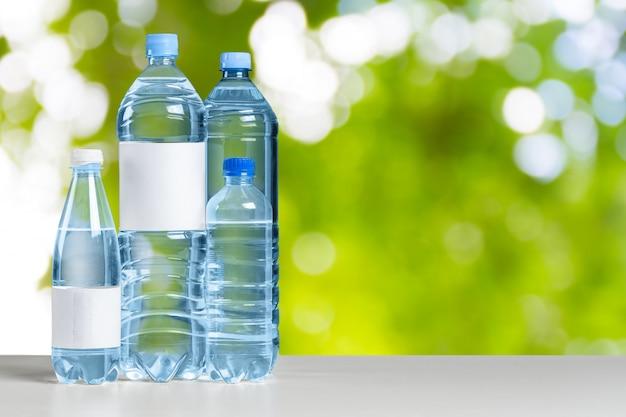 Plastikwasserflasche auf dem tisch