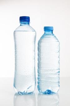 Plastikwasserflasche auf einem weißen hintergrund
