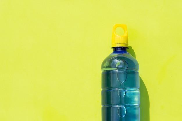 Plastikwasserflasche auf grüner oberfläche