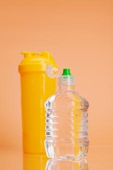 Plastikwasserflaschen auf einem beige pastellhintergrund