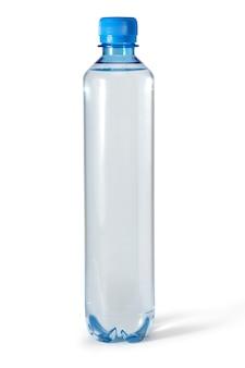 Plastikwasserflaschen isoliert auf weißem hintergrund mit beschneidungspfad