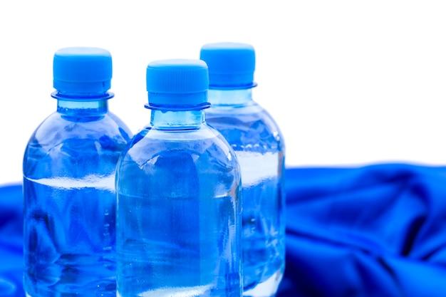 Plastikwasserflaschen stehen