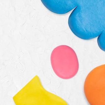 Plastilin-ton gemusterter hintergrund in weißer bunter grenze diy kreative kunst für kinder