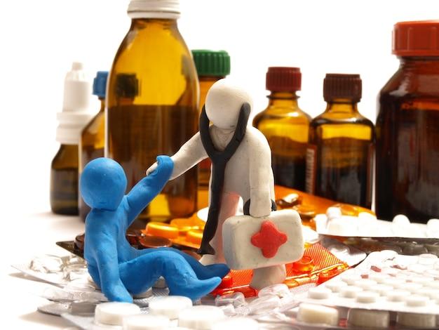 Plastilinfigur, arzt hilft einem patienten