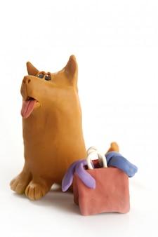 Plastilinhund geht mit tasche einkaufen