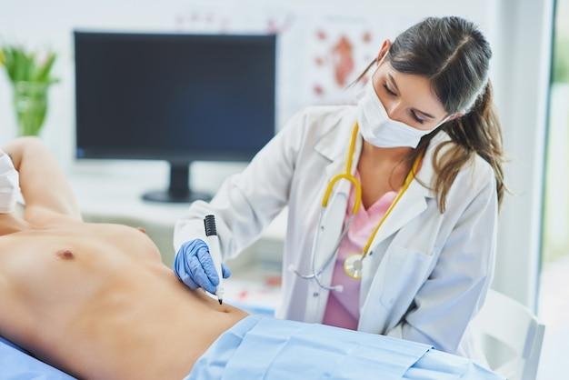 Plastischer chirurg, der eine patientin berät