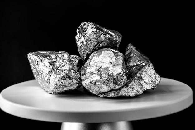 Platinstein, auf elektronischer skala. metall, das in der industrie verwendet wird. konzept der mineralgewinnung.