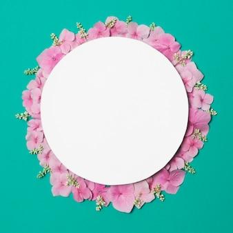 Platte auf zusammensetzung von wundervollen violetten blumen und pflanzen