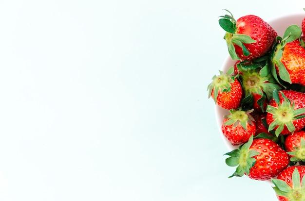 Platte der hellen reifen erdbeerfrucht