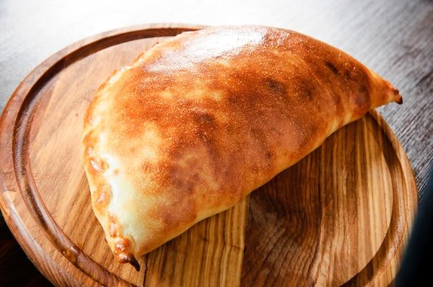 Platte der traditionellen italienischen calzone
