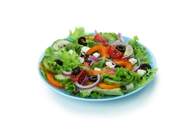 Platte des griechischen salats lokalisiert auf weißem hintergrund
