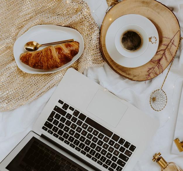Platte des hörnchens diente mit einer tasse kaffee nahe bei einem laptop
