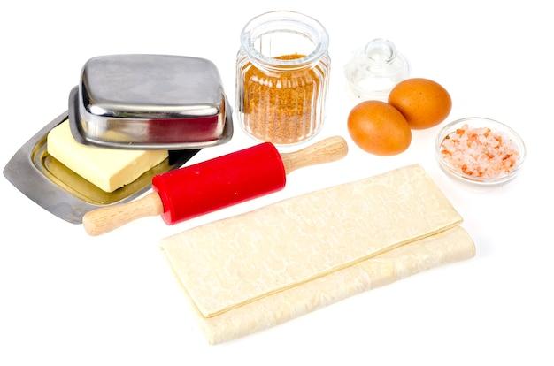 Platte des rohen hausgemachten backteigs auf weißem tisch.