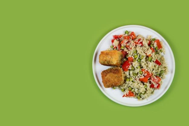 Platte gekochten reises mit gemüse und gebratenem fisch auf einem pastelltrendi-hintergrund, asiatisches essen