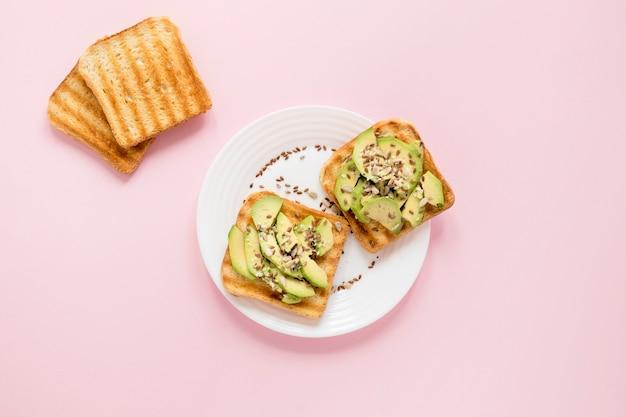 Platte mit avocado auf toast