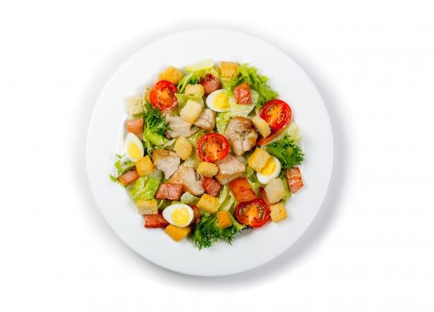 Platte mit dem frischen caesar-salat lokalisiert