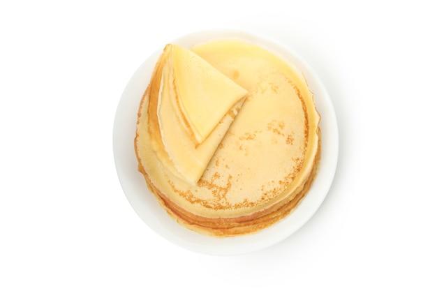 Platte mit dünnen pfannkuchen lokalisiert auf weißem hintergrund