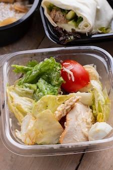 Platte mit einem ketodiätfutter. spiegelei, speck, avocado, rucola und erdbeeren. keto frühstück