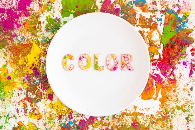 Platte mit farbbeschriftung auf hellen, trockenen farben
