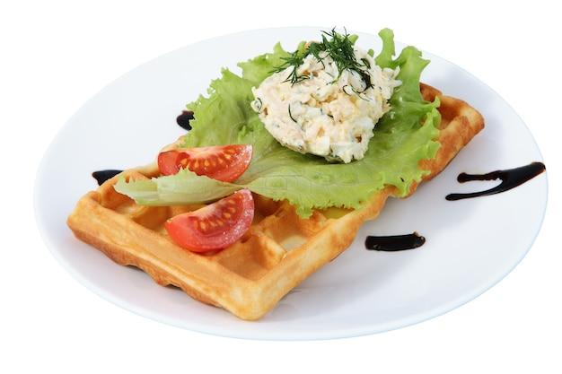 Platte mit fast food, belgischer waffel, beilage, tomatenscheiben, salatblatt, isoliertes bild auf weißem hintergrund.