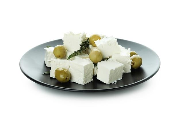 Platte mit feta-käse, oliven und rosmarin isoliert auf weißer oberfläche