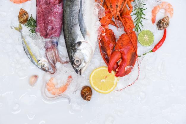 Platte mit frischem fisch und meeresfrüchten mit schalentieren, frischen rohen meeresfrüchten auf eis am fischmarkt