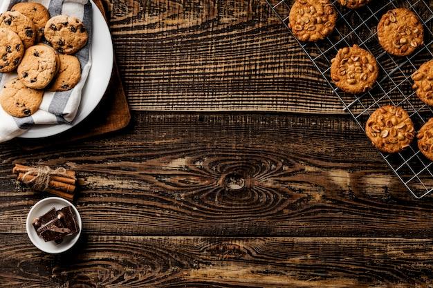 Platte mit frischen keksen aus dem ofen