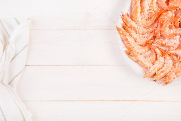 Platte mit garnelen auf küchentisch