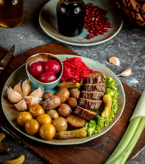 Platte mit gemischten gurken und seitlichem granatapfel