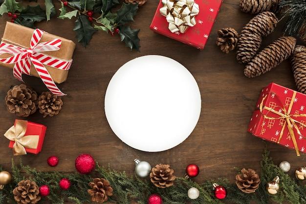 Platte mit geschenkboxen auf dem tisch