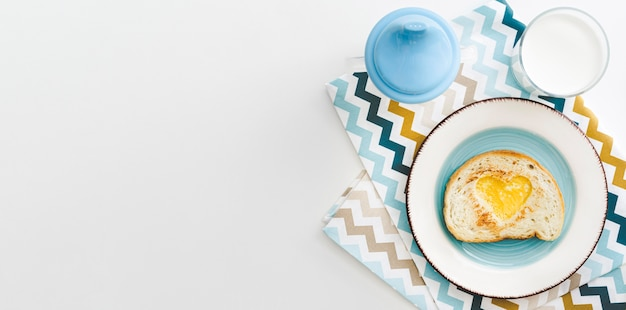 Platte mit herzförmigem ei für baby mit kopierraum