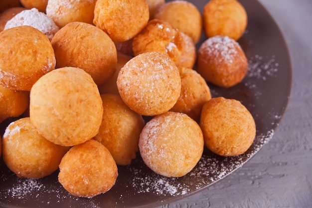 Platte mit kleinen kugeln von frisch gebackenen hausgemachten hüttenkäse donuts