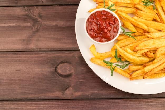 Platte mit leckeren pommes frites und ketchup