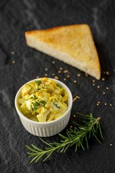 Platte mit leckeren toast mit honig und käse