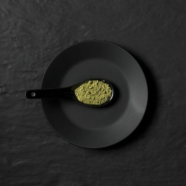 Platte mit löffel mit gewürzpulver