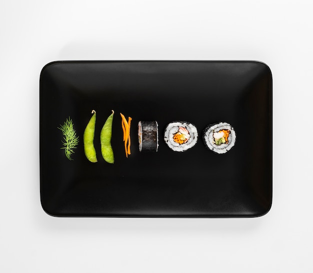 Platte mit maki-brötchen und edamame-bohnen