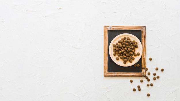 Platte mit nahrung für haustiere auf tafel