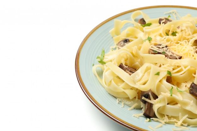 Platte mit nudeln, käse und pilzen isoliert auf weißer wand